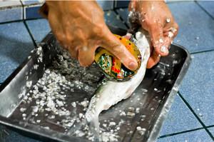Способы почистить рыбу от чешуи